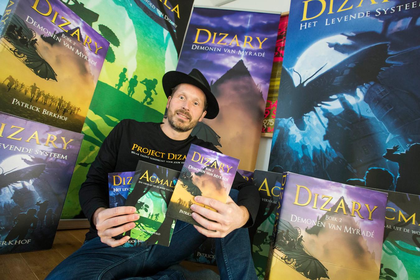 Schrijver Patrick Kerkhof met de boeken die zijn voortgekomen uit zijn project Dizary.