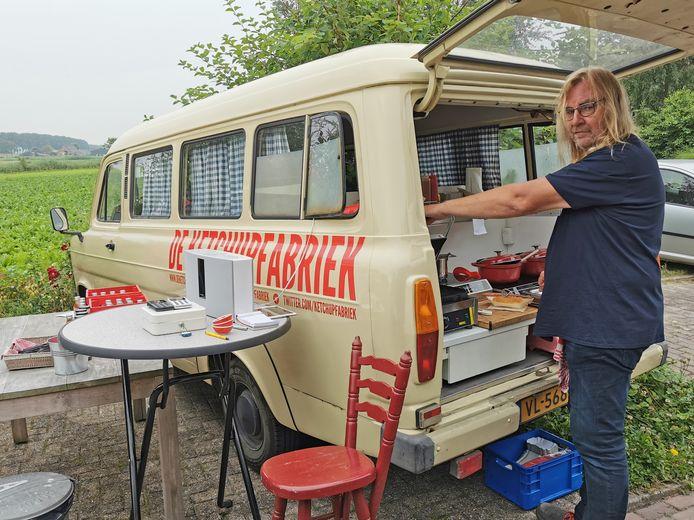In Graauw maakt Patrick van de Ketchupfabriek hotdogs en sloppy joe's in de foodtruck waar hij ook bestellingen mee rond brengt.