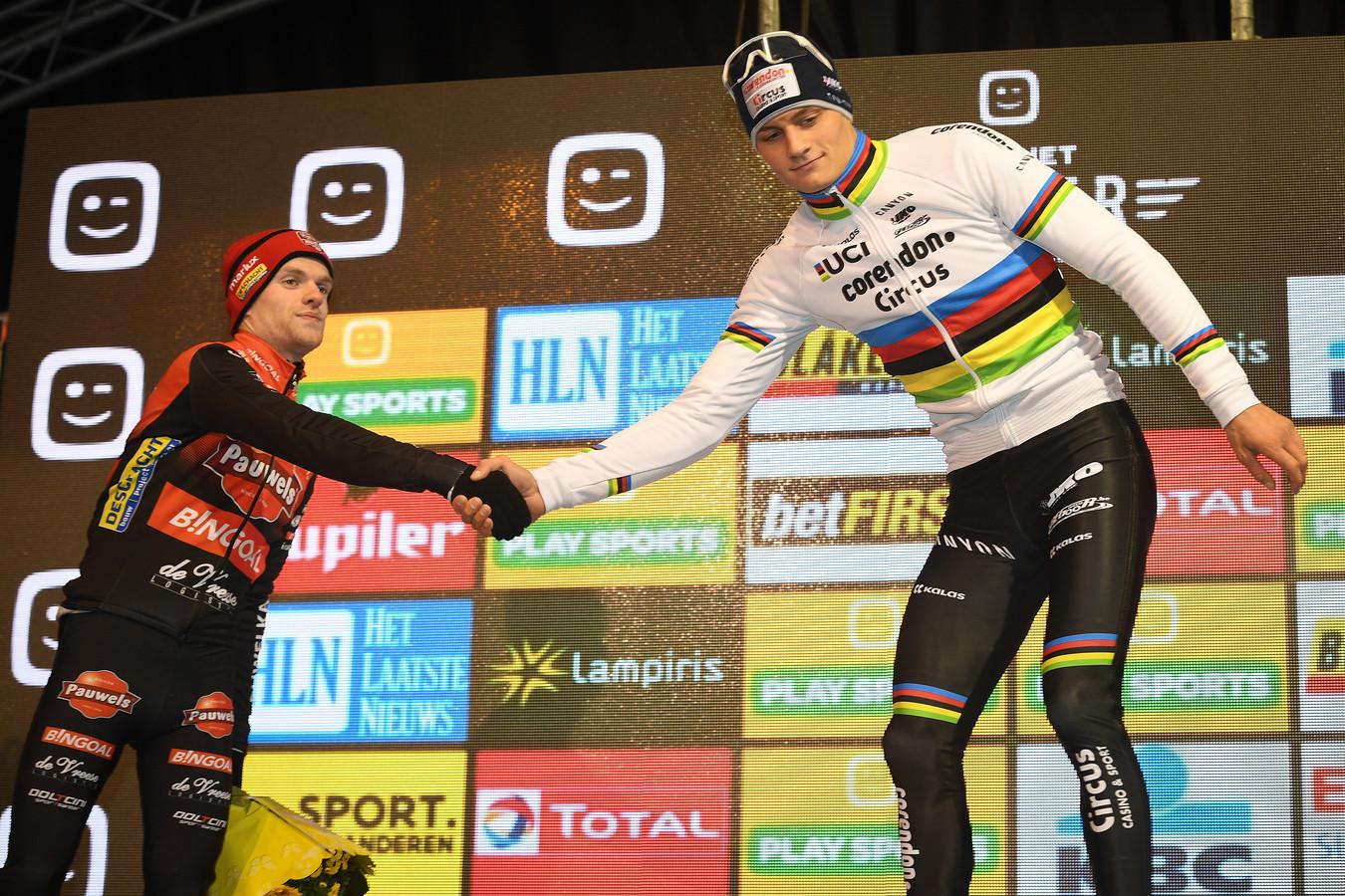 Iserbyt (l) feliciteert Van der Poel met nog maar eens een overwinning.