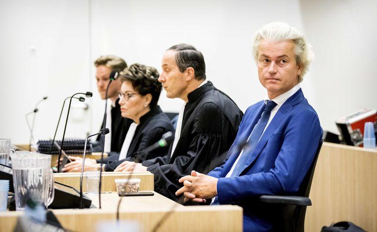 PVV-leider Geert Wilders (r) in de rechtszaal met naast zich zijn advocaat Geert-Jan Knoops.  Beeld ANP