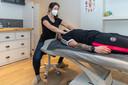 Osteopate Emilia Maas geeft Lee Burgmeijer een behandeling.