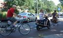 De fietsrotonde ligt op een van de drukst bereden wegen in het centrum van Zwolle.