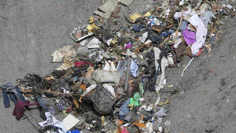 Wrakstukken van de Airbus A320 en resten van persoonlijke bezittingen op de plek van de crash. Om de berging te vergemakkelijken, wordt een provisorische weg ernaartoe aangelegd. Beeld null