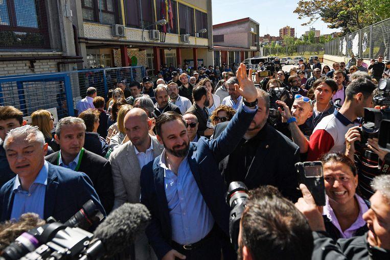 Vox-partijleider Santiago Abascal groet zijn aanhangers bij het stemmen deze voormiddag.