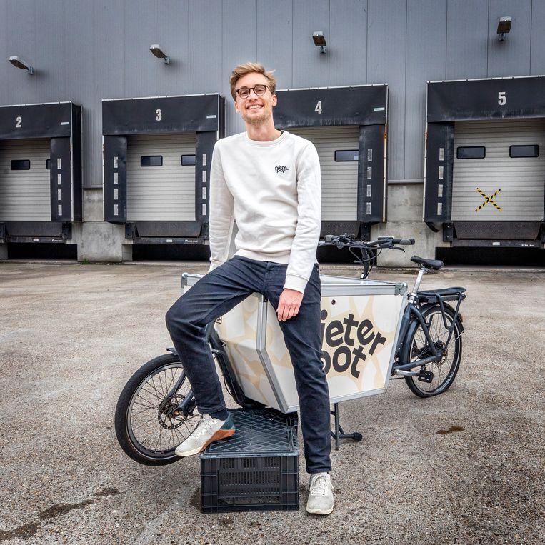 Pieter Pot-oprichter Jouri Schoemaker op de bakfiets waarmee zijn onderneming begon.  Beeld Raymond Rutting / de Volkskrant