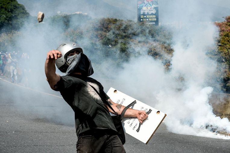 TOPSHOT - Venezuelan opposition activists clash with police forces during a demonstration against President Nicolas Maduro in Caracas, on April 24, 2017.  Protesters rallied on Monday vowing to block Venezuela's main roads to raise pressure on Maduro after three weeks of deadly unrest that have left 21 people dead. Riot police fired rubber bullets and tear gas to break up one of the first rallies in eastern Caracas early Monday while other groups were gathering elsewhere, the opposition said. / AFP PHOTO / FEDERICO PARRA Beeld afp