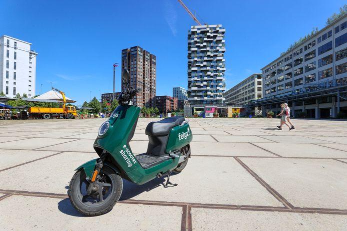 Verhuurbedrijven als Felyx en GO Sharing krijgen volgend jaar te maken met een helmplicht. Eerstgenoemde zegt aanpassingen te gaan doen aan de scooters zodra de helmplicht daadwerkelijk van toepassing is.
