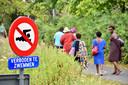 Enkele familieleden van Norbert Nsanzimana kwamen een kijkje nemen op de plaats waar het drama zich voltrok.