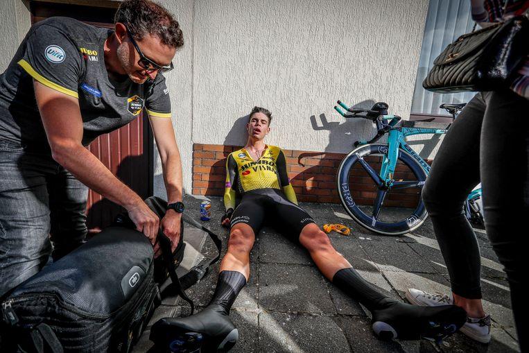 Uitgeput hijgt Van Aert uit op het asfalt. Beeld Photo News