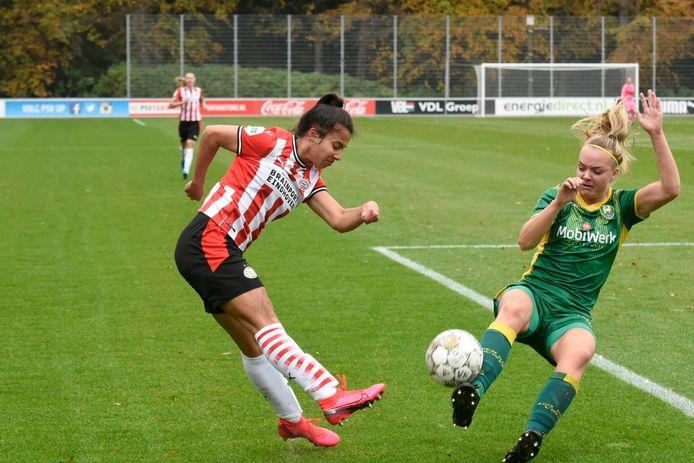 PSV Vrouwen - ADO Den Haag met Naomi Pattiwael (links) en Kayra Nelemans.