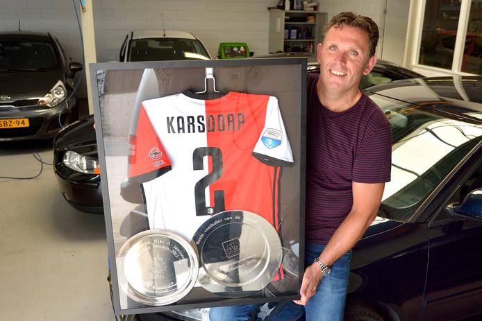 Trotse vader Fred Karsdorp met het Feyenoord-shirt van zijn zoon.