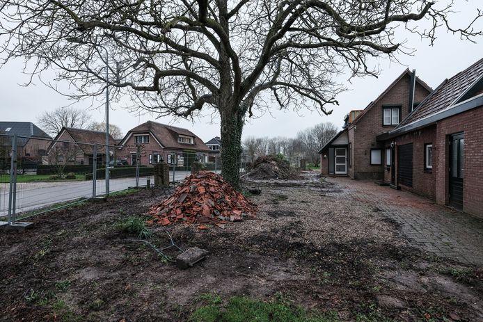 In buurtschap Helhoek bij Groessen zijn of worden zeven woningen gesloopt om de aanleg van de A15 mogelijk te maken. Deze foto is in februari gemaakt.