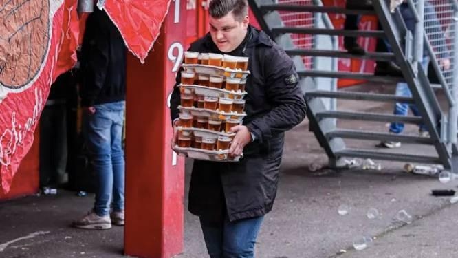 Voetbalfan haalt in één keer 48 pintjes voor zijn vrienden