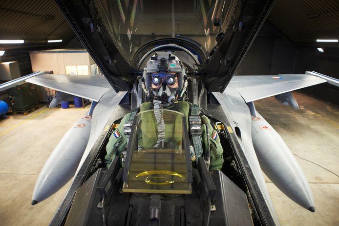 Een F16-piloot in een hangar op vliegbasis Volkel, klaar voor een nachtvlucht.