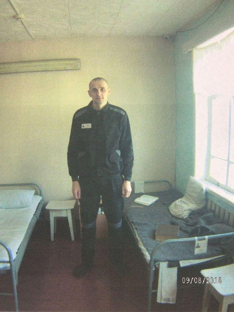 Sentsov in zijn cel, op een foto van de Russische hoge commissaris voor mensenrechten.  Beeld EPA