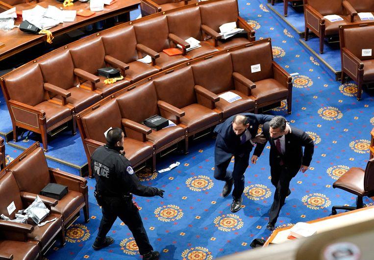 Congresleden worden in veiligheid gebracht. Beeld AFP