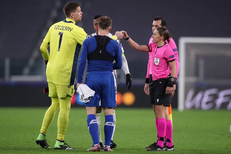 Wojciech Szczesny van Juventus en Stephanie Frappart na het laatste fluitsignaal bij het duel tussen Juventus en Dynamo Kiev. Beeld BSR Agency