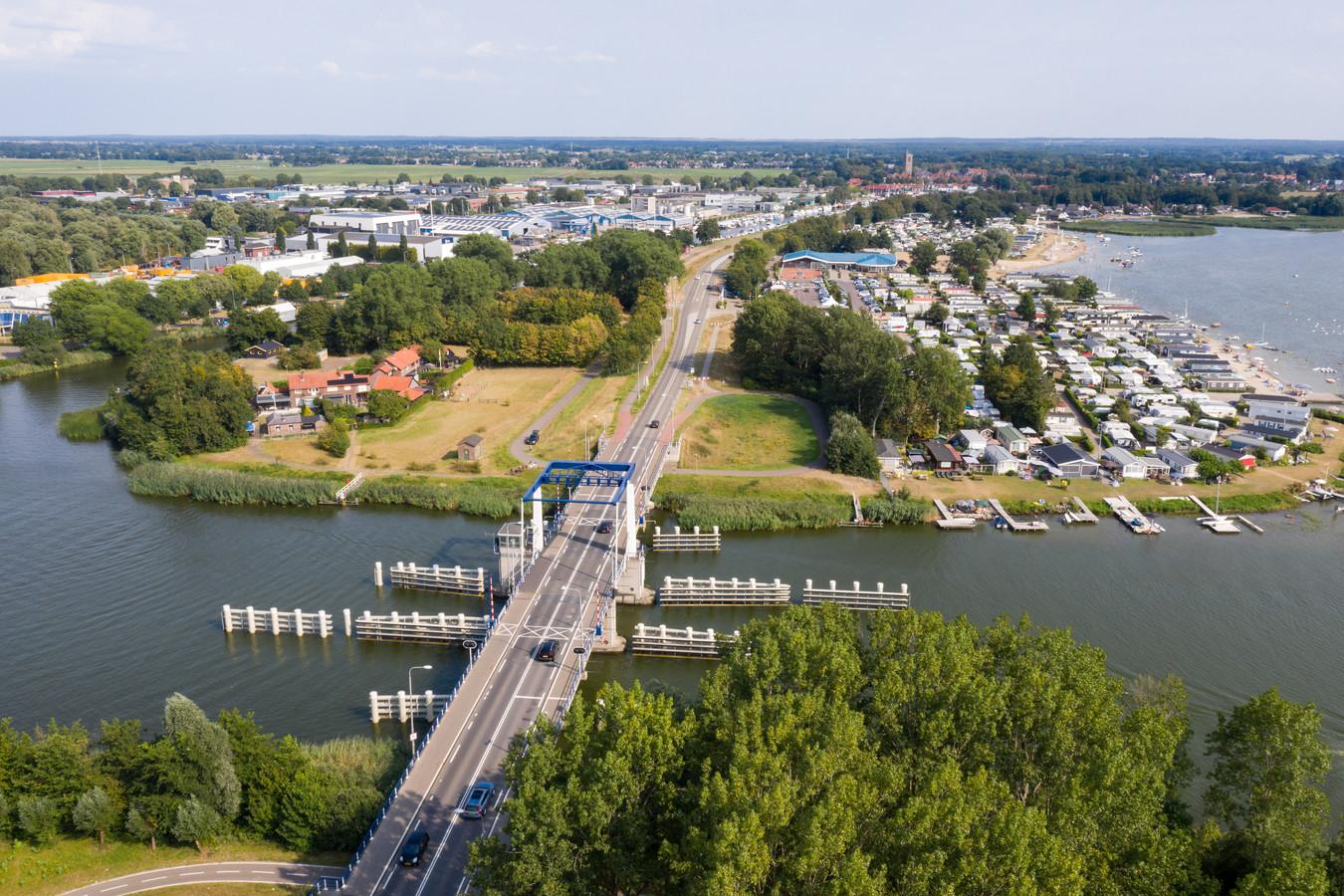 De Elburgerbrug gezien vanuit Flevoland, met rechts Veluwe Strandbad en bovenin Elburg-Vesting.
