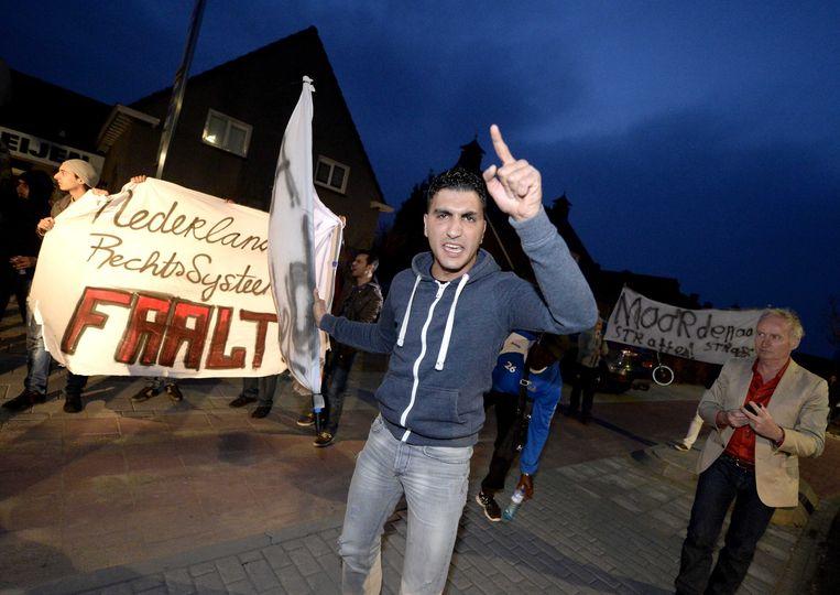 Een groep demonstranten in Deurne drong direct na de schietpartij aan op berechting van de juweliersvrouw. Beeld EPA