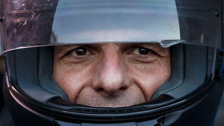 De Griekse minister van financiën Yanis Varoufakis, vertrok afgelopen woensdag bij het ministerie op zijn motor. Beeld AP