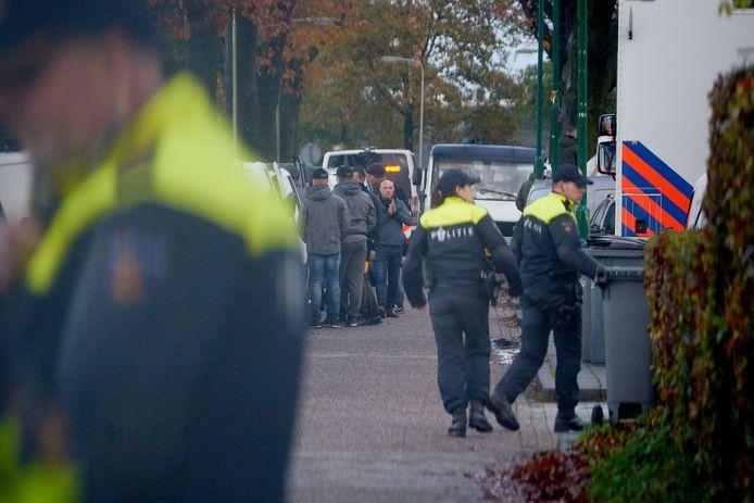 Politiemensen bij het woonwagenkampje aan de Hoogheuvelstraat in Oss