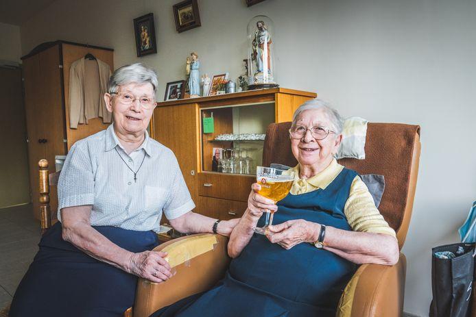"""Martha (87) en Margriet (94), zusters in beide betekenissen, wonen op dezelfde gang. """"Het moet zijn dat we van een sterke stam zijn."""""""