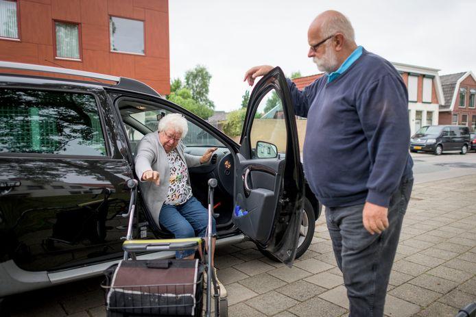 Een AutoMaatje-klant in Almelo stapt uit. Het 'sociale taxiproject' draait op andere plekken in Nederland al langer; in Etten-Leur moet AutoMaatje in mei echt van start gaan.