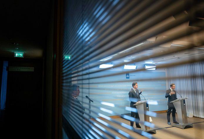 Premier Mark Rutte en minister Hugo de Jonge op 19 mei tijdens een persconferentie waarin de jongeren werden opgeroepen mee te denken.