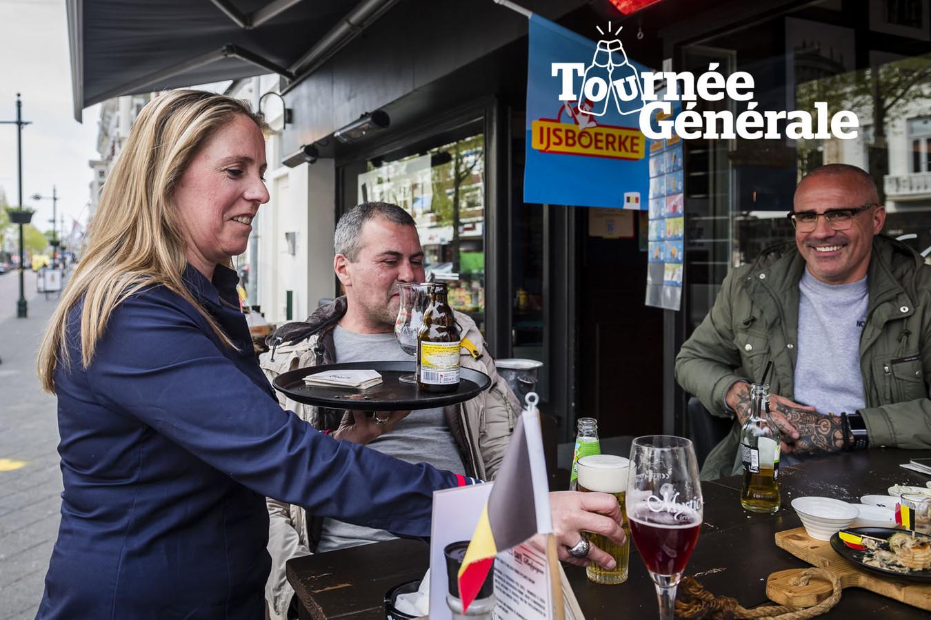 Arlett Vanderheyden van eetcafé Café Belgique in Breda serveert pintjes aan haar klanten.