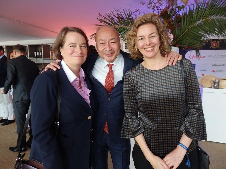 Emmy Stoel (Hotel Okura), Jerry Straub (Rode Kruisvoorzitter Amsterdam) en Marieke van Schaik (Rode Kruisdirecteur Nederland). Straub: 'In het dna van het Rode Kruis zit: elkaar helpen.' Beeld Hans van der Beek