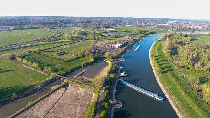 Het schip ligt klem tussen de oevers van de IJssel.