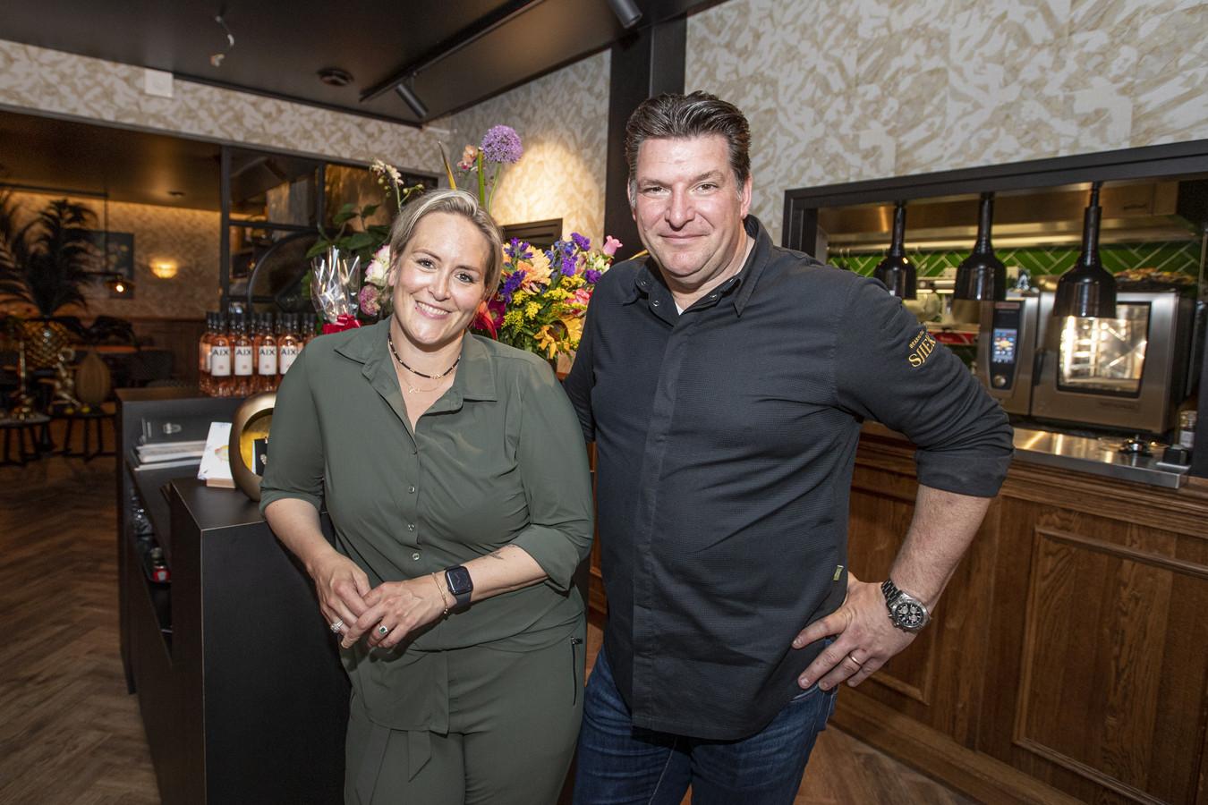 Het nieuwe Sint Jansgebouw is tot leven gekomen nu Brasserie Sjiek deze week de deuren heeft geopend. Roger Spee en Kim Holterman kiezen met de nieuwe onderneming in hartje Wierden voor de horeca.
