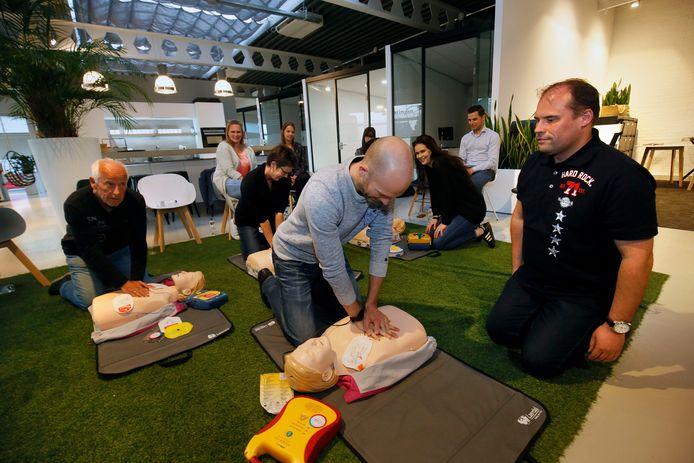 Burgerhulpverleners kregen vorig jaar les in het gebruik van de AED op het kantoor van Van Ekeren in Dalem.