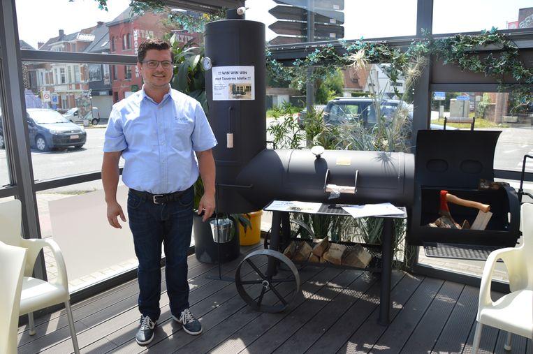 Samuel De Block van taverne Idefix bij de hoofdprijs van de zomeractie: een Oklahoma-barbecue.
