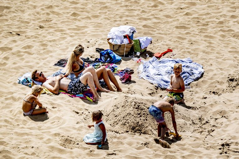 Spelende kinderen op het strand van Scheveningen. Beeld ANP
