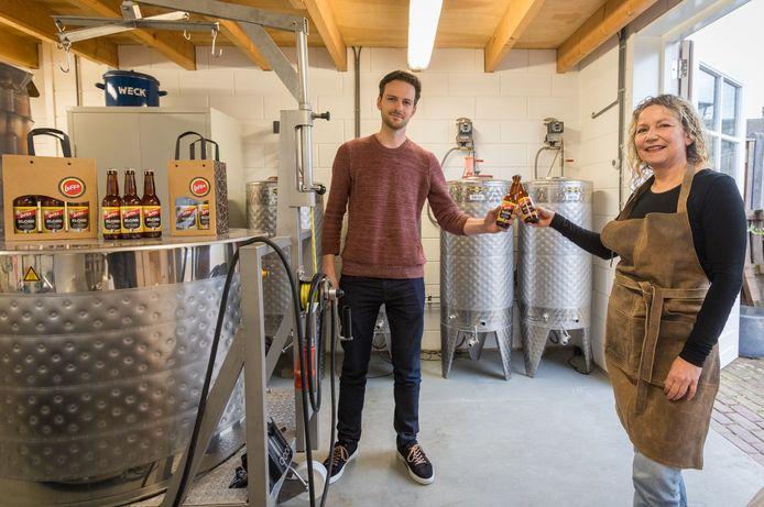 Brouwer Ellen Verhoeven en harmoniebestuurslid Willem Egelmeers met hun biertje, het Lufke.