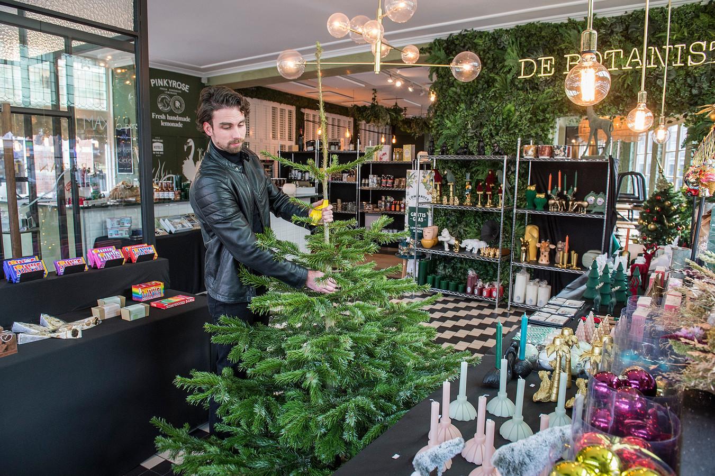 Bas Remie heeft bar-restaurant De Botanist omgevormd tot kerstwinkel.