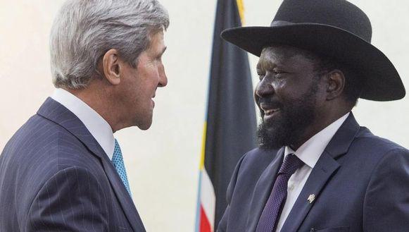 De Zuid-Soedanese president Salva Kiir en de Amerikaanse minister van Buitenlandse Zaken John Kerry.