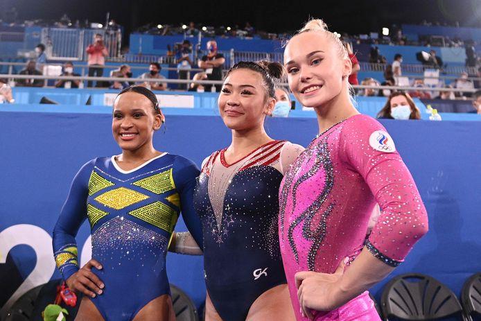 De top drie: Sunisa Lee (goud, midden), Rebeca Andrade (zilver, links) en Angelina Melnikova (brons, rechts).