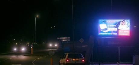 'Verbieden, die lichtgevende reclameborden langs de weg'