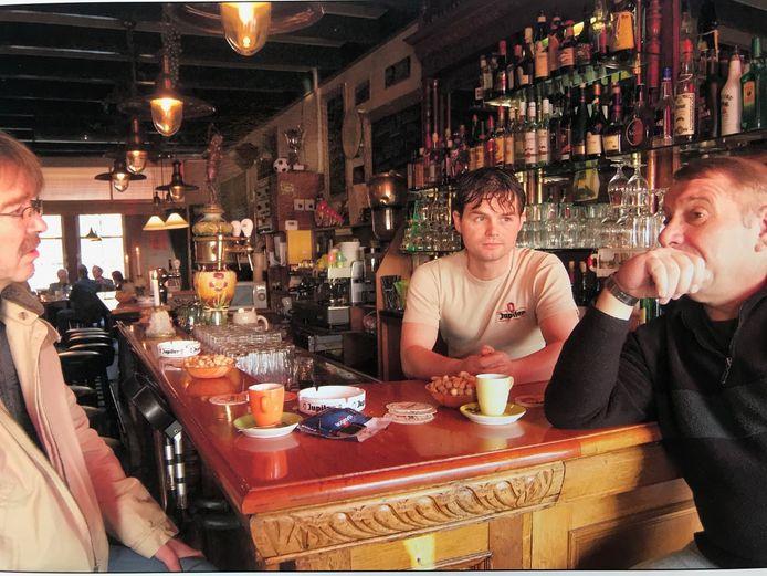 Robbert Roggeband (midden) als kastelein in De Gekroonde Suikerbiet in 2005, een jaar voor hij de enige uitbater van het café wordt.