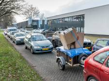 Lange rijen voor de milieustraat Oss in aanloop naar forse tariefstijging