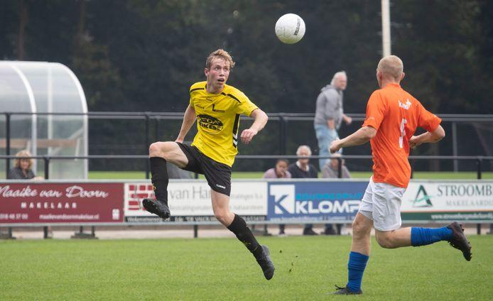 Lunteren-voetballer Ivar Boekholt controleert de bal.