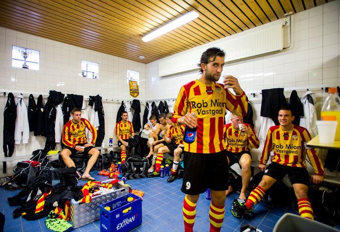 Amateurvoetballers van Dosko in de kleedkamer