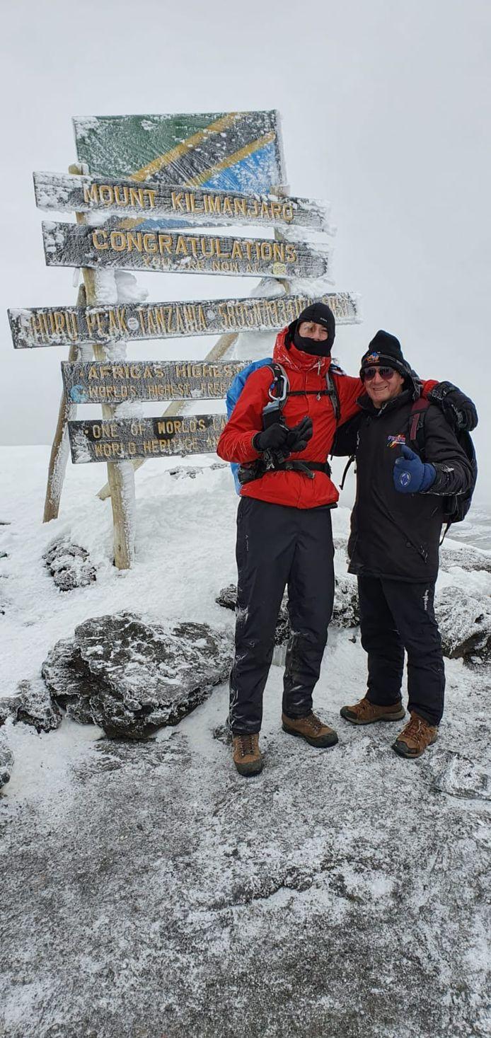 De oudste en jongste bergbeklimmer van de groep, met 52 jaar verschil, staan samen op de top.