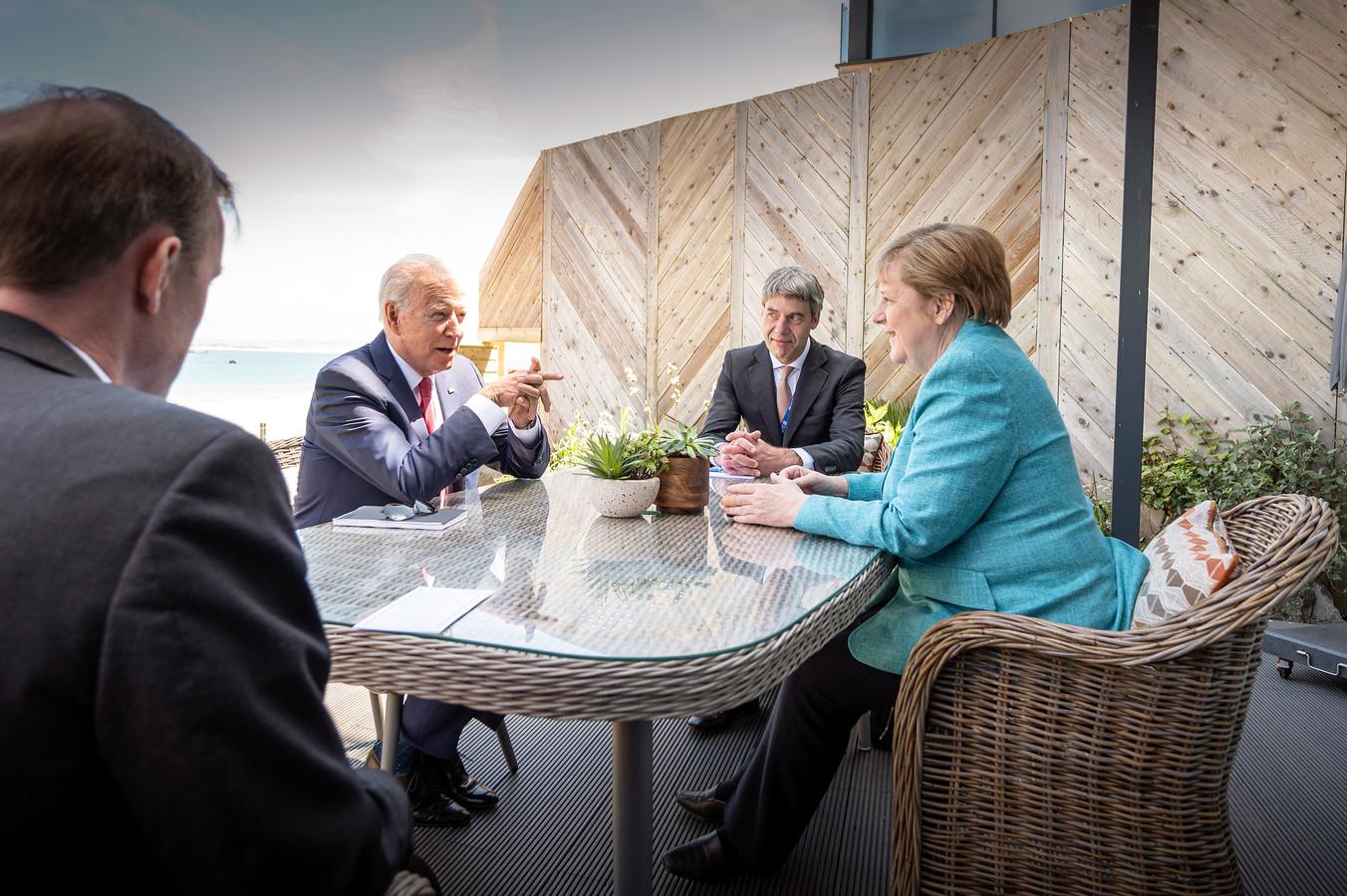 Joe Biden en Angela Merkel bij de start van hun ontmoeting