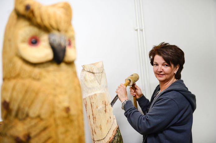 Ingrid Bouman maakt sculpturen van hout uit de omgeving.