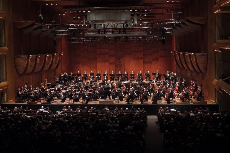Jaap van Zweden dirigeert het New York Philharmonic Orchestra in de David Geffen Hall op 30 mei van dit jaar. Beeld Getty Images