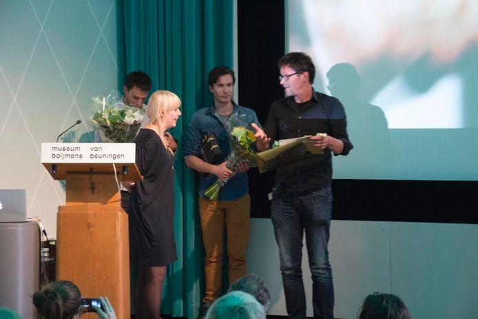 Overhandiging van de prijs aan Vincent Janssen.