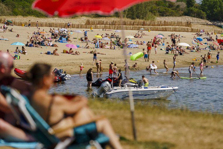 Drukte op het Quackstrand bij Hellevoetsluis op Hemelvaartsdag. Vanwege het mooie weer trokken mensen op hun vrije dag richting de Nederlandse stranden.  Beeld ANP